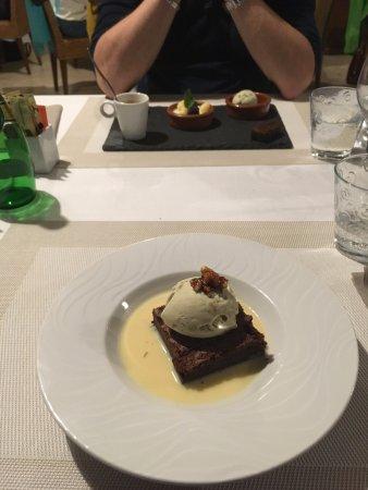 Servoz, France: Dessert : Brownie et glace pistache