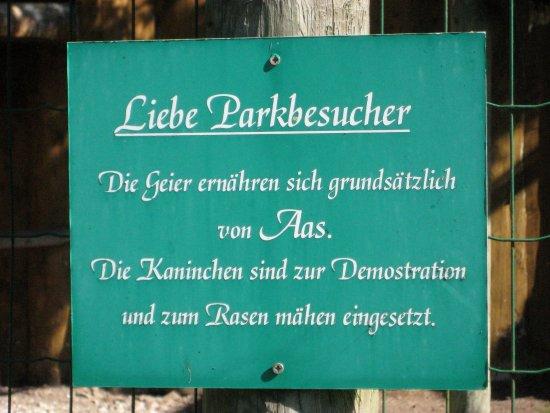 Freisen, Deutschland: Wichtiger Hinweis am Raubvogelgehege