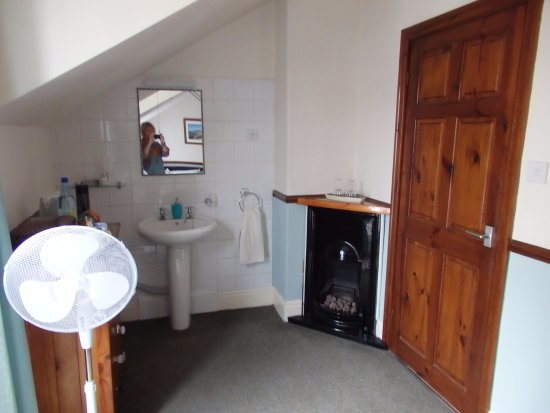The Beaches: Spacious and homely, door leads to en-suite shower room