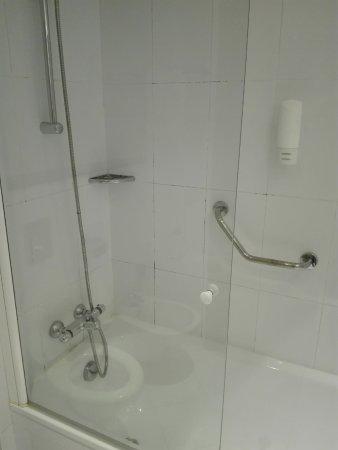 Holiday Inn Express Madrid-Rivas: Juntas dos azulejos com algum bolor