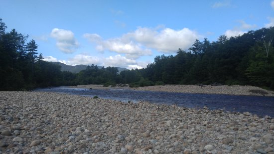 Sky Valley Motel & Cottages: The Saco river