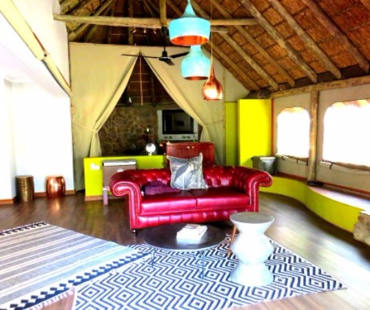 Jaci's Safari Lodge: Lounge area of the Starbed Suites