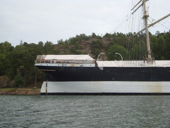Museumship Pommern: Work in hand; one mast has been removed