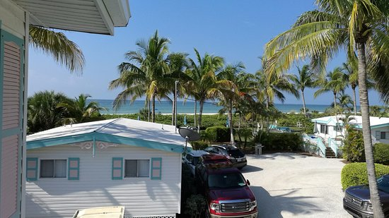 Gulf Breeze Cottages: Looking from 2nd deck of efficiency cottage rooms