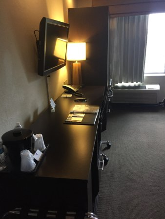 Sleep Inn: Desk, TV, Armoire
