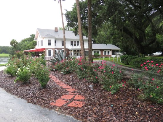 Fruitland Park, FL: Picture of rose garden & restaurant