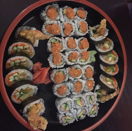 Selkirk, Canadá: Dynamite roll, spicy shrimp roll and California roll (my BF's)