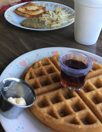 Morrison, Илинойс: Waffles are excellent. Egg-in-a--hole and sausage in background