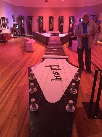 Πίτσφιλντ, Μασαχουσέτη: World's longest playable guitar is 42-1/2 feet. Person in photo is unknown.