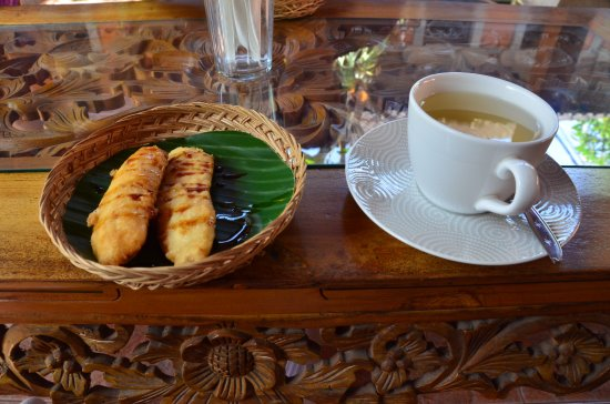 Lobong Culinary Experience: Pisang Goreng (Indonesian Banana Fritters) with coffee or tea before the class begins