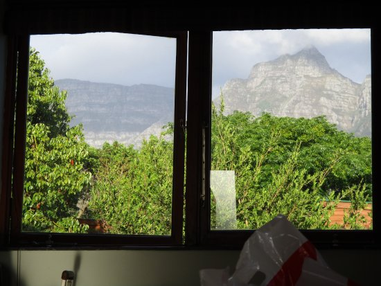 Rondebosch, South Africa: Table mtn -perfectly framed view from the queen bed in cuckoos nest