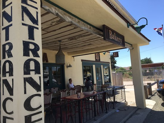 Los Alamos, Kalifornien: The covered patio is a pleasant place to eat.