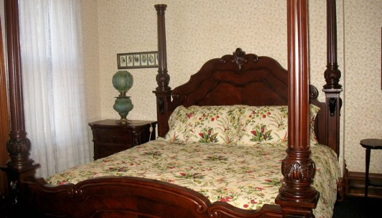 Grand Rapids, OH: The Autumn Room with four poster king size bed and fireplace
