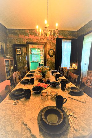 Ashby House Bed & Breakfast: Breakfast table is full of interesting conversations.