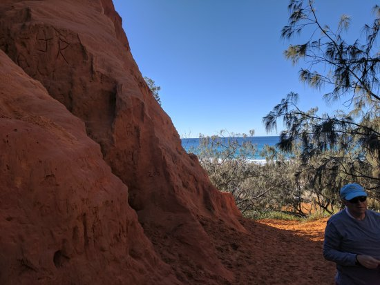 Tewantin, Australia: Red sand paths with ocean view
