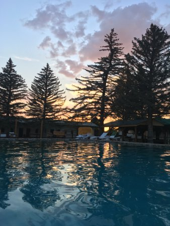 Saratoga Hot Springs Resort: evening view from the hot springs pool