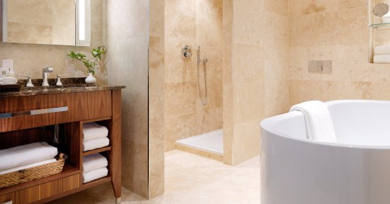 Aghadoe Heights Hotel & Spa: Aghadoe Suite Bathroom with Jacuzzi Tub