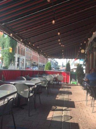Frankie Pestos Italian eatery: Outside patio on a lovely evening
