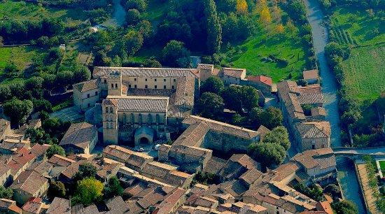 vue aérienne de l'Abbaye de Caunes-Minervois