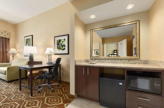 Hampton Inn & Suites- San Luis Obispo: King Studio Suite Kitchen