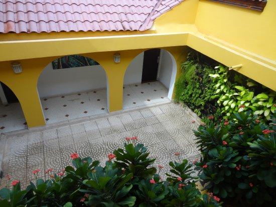 Hotel San Martin Cartagena: Pequeña toma de luz en medio de el acceso a las habitaciones
