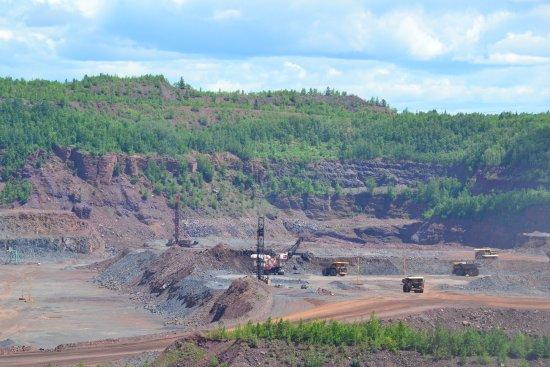Hibbing, MN: Vários caminhões retirando o minério