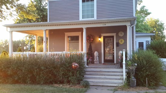 Waterville, KS: Inviting open porch to watch some amazing sunsets.
