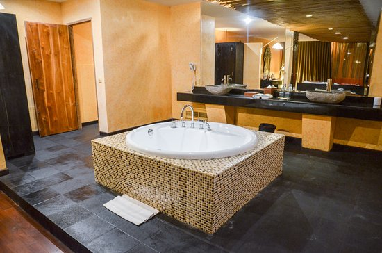 Kupu Kupu Jimbaran & Bamboo Spa by L'Occitane: the relaxing bathtub at the Honeymoon Suite