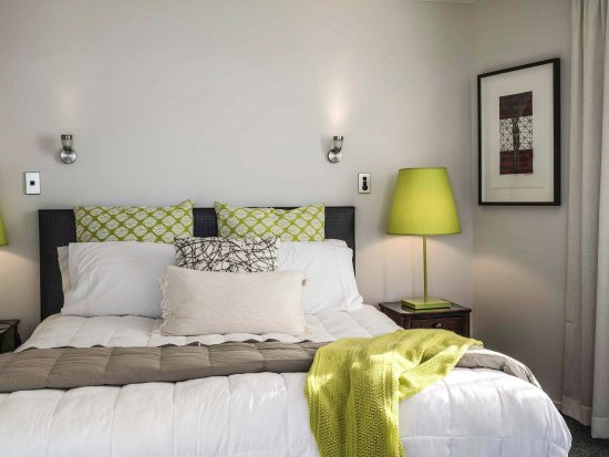 Belle Mer Beachfront Apartments: KIng Size bed