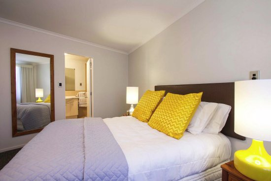 Belle Mer Beachfront Apartments: KIng Size bed, Ensuite in some apartments