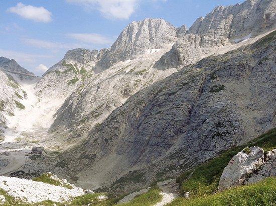 Chiusaforte, Italia: rifugio Gilberti, il Piano del Privala e cima Gilberti visti dalla Forcella Bila Pec (2146m)