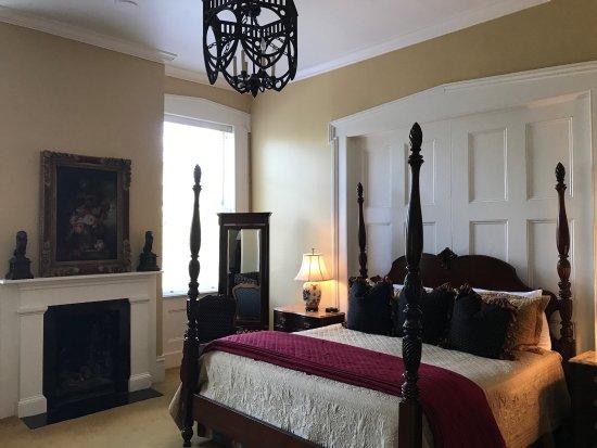 Presidents' Quarters Inn: Spacious, beautiful FDR room