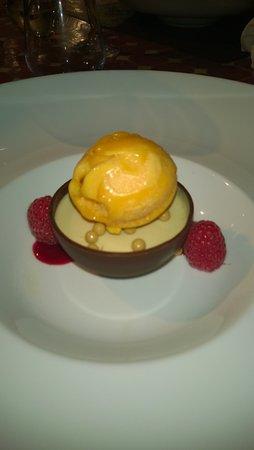 Le Saule Pleureur : sphère chocolat avec sa mousse d'abricot