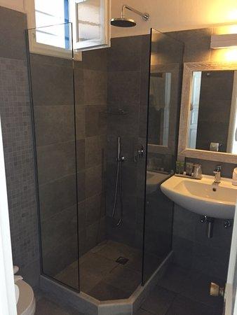 Little Rochari: salle de bains avec douche