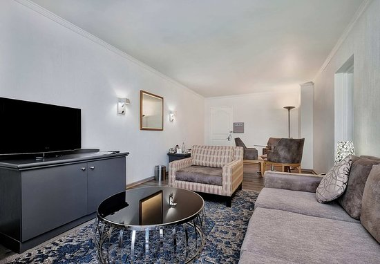 Protea Hotel by Marriott Midrand: Luxury Suite - Living Area