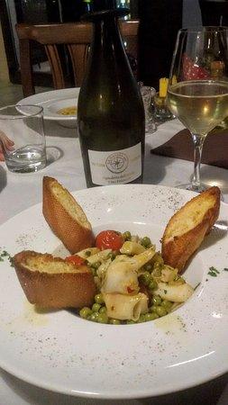 Anzola dell'Emilia, Italy: Antipasto. Le seppie con piselli e crostini, seppie freschissime si sciolgono in bocca, buone bu