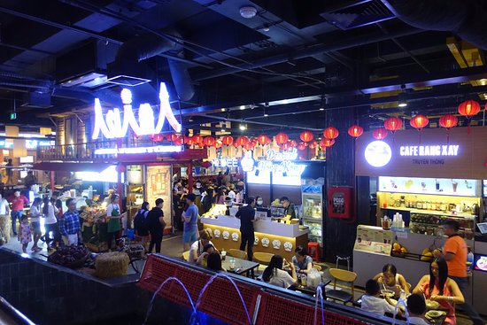 Asian Ruby Park View Hotel: Best food court in HCMC across the road of the hotel