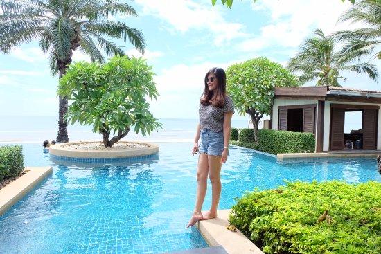 Aleenta Hua Hin Resort & Spa: My wife and the infinity ocean-view pool. Best time!!