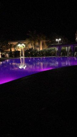 Il Giardino dei Pini: Cromoterapia notturna in piscina