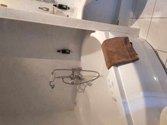 Salle de bain chambre balnéo - Bild von Beauséjour Hôtel ...