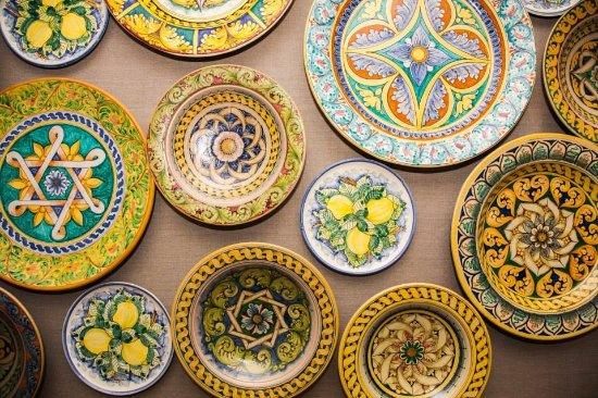Piatti da muro con decori tradizionali foto di ceramiche desuir