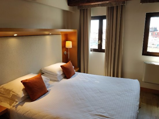 Ruzzini Palace Hotel : Lovely Queen size bed