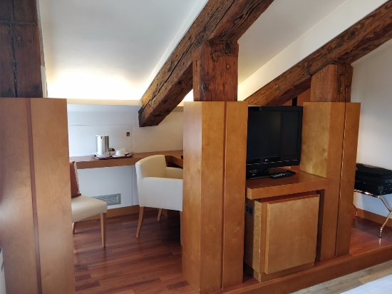 Ruzzini Palace Hotel : Sitting area / TV / Fridge / Kettle