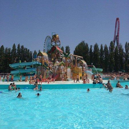 Isola con scivoli e piscina foto di mirabeach ravenna - Piscina al coperto con scivoli ...