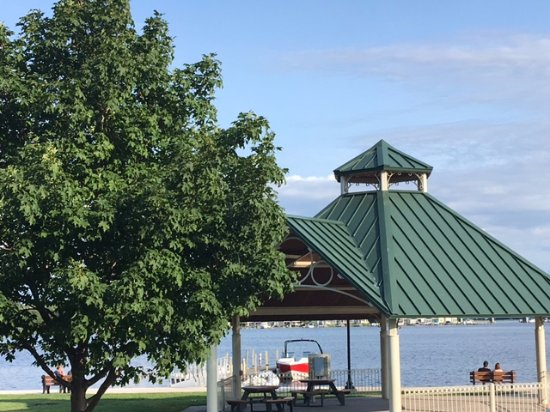 Saugatuck, Мичиган: Pavilion and bench overlooking the lake.