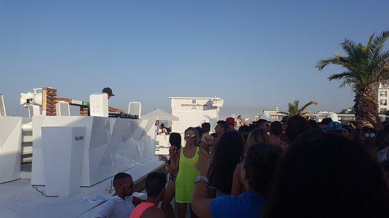 Samsara Beach: Palco e dj del locale+la folla che balla
