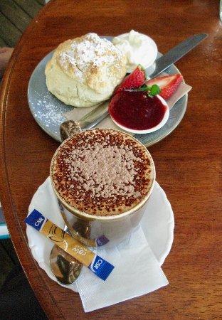 Cafe Boranup: Scone, jam & cream / mugaccino
