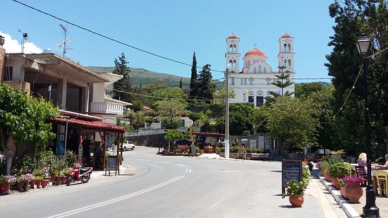 Kandanos, Hellas: Nice view on the restaurant, behind the church