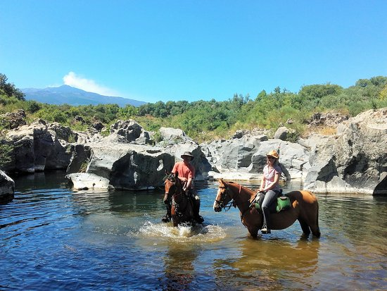 Castiglione di Sicilia, Italia: Horseback riding in the river Alcantara (Gorges of Malvagna)