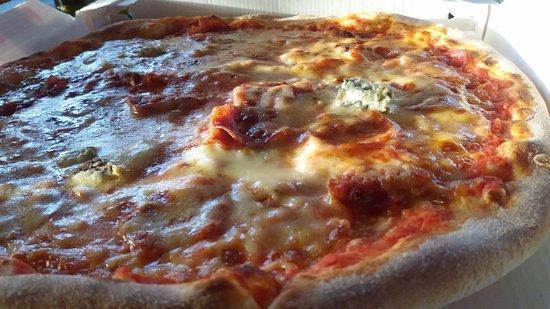 Anzola dell'Emilia, Italy: Pizza gorgonzola e salame piccante